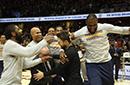 德拉维多瓦获颁总冠军戒指 JR打着石膏现身拥抱