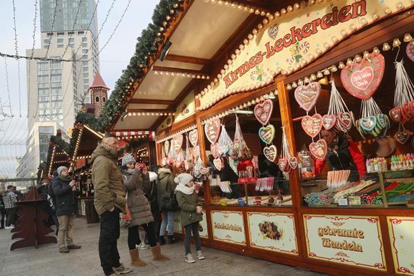 德国柏林遭恐袭圣诞市场重新开放 依然吸引大量民众