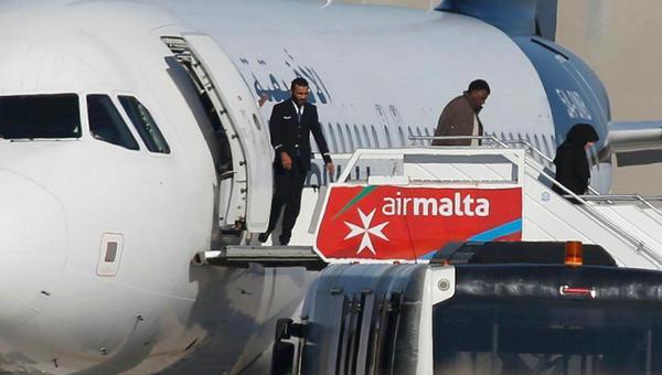 利客机劫机者投降所有人员获释
