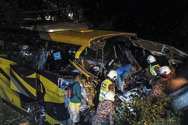 马来西亚一载客大巴坠入峡谷 致14死17伤