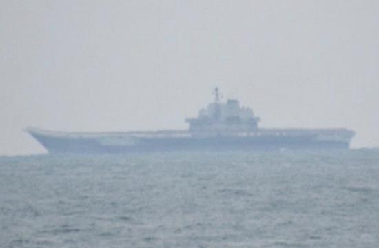日本舰艇跟随拍照辽宁舰编队