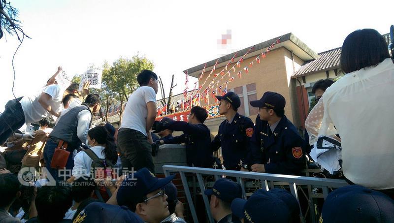 明升m88.com婚姻平权初审过关 正反阵营场外对峙
