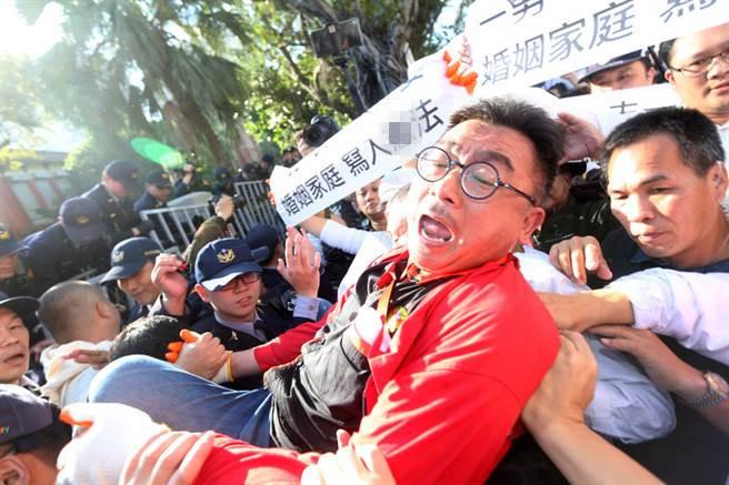台湾婚姻平权初审过关 正反阵营场外对峙