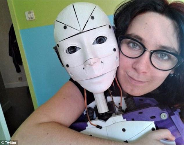 法女子欲与机器人伴侣结婚 自称很幸福