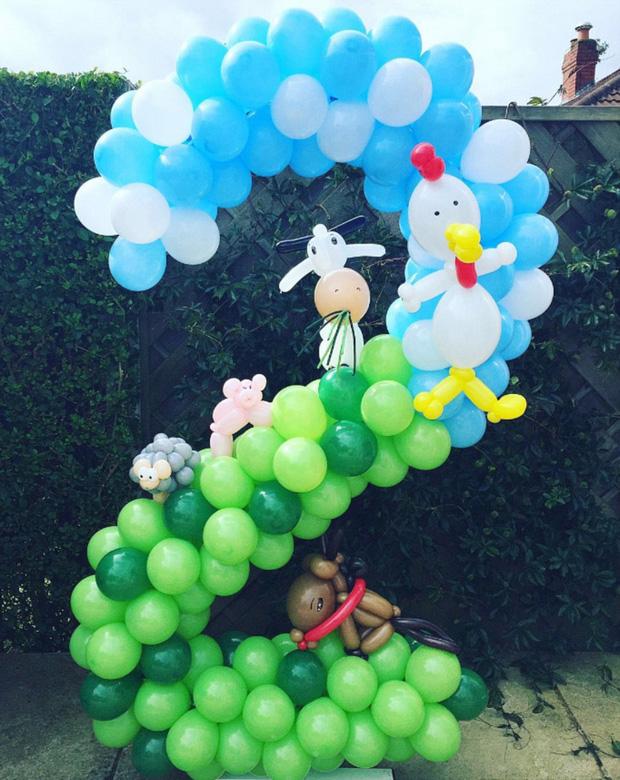 """【环球网综合报道】据英国《每日邮报》12月25日报道,来自英国利兹市的罗谢尔•科恩(Rochelle Cohen)现年38岁,是两个孩子的妈妈,从事药剂师工作。但是她想利用自己的天分做一些与众不同的事情,于是她便辞掉工作,在家中与五颜六色的气球打起了交道。心灵手巧的她把气球编成各种人物造型,十分精妙。 科恩说:""""在我小的时候,父亲经常用气球编成小狗或鲜花形状。我从未读过艺术学校,但是对编气球却得心应手。""""起初气球的造型特别简单,如一条蛇或一束花,但是一年过后,科恩开始进行"""