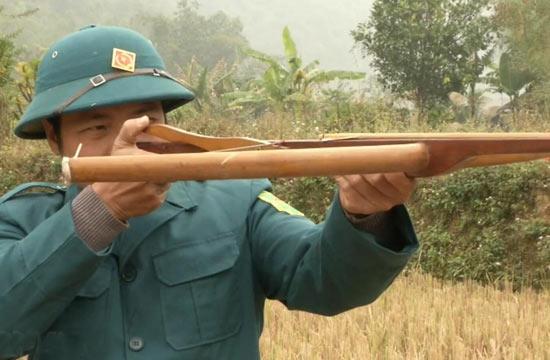 越南士兵训练使用简易弓弩
