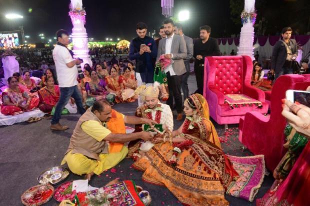 响雷摘      印度钻石大亨为236名无父贫困女子举办婚礼 - 响雷 - f16.cd的博客