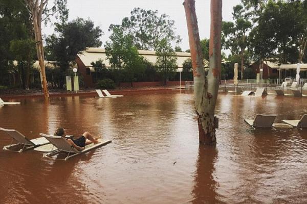 澳公园遭暴雨袭击迫使百名居民逃离家园