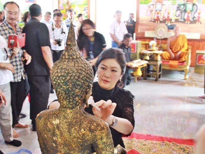 泰国前总理英拉为名寺佛像贴金 民众热情赠送新年礼