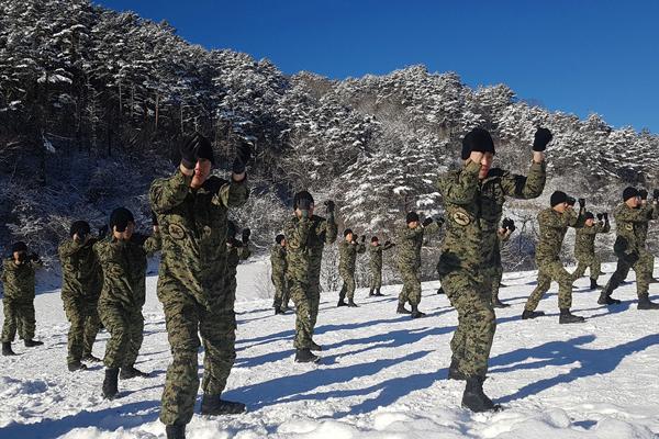 韩国士兵雪地里坚持训练 磨练意志