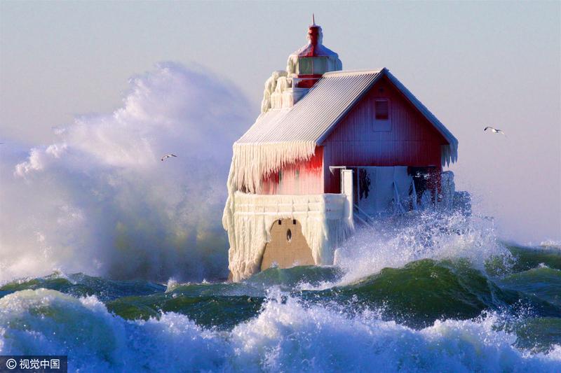 美小镇气温骤降 水浪结冰若童话世界