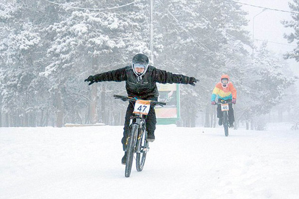 超酷!俄单车爱好者零下40度举行单车比赛