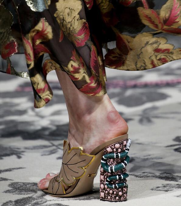 """派对季想穿上""""裸脚后跟""""鞋 现在就要做功课了!"""