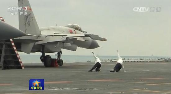 歼-15在辽宁舰密集起降 航母style再创新动作