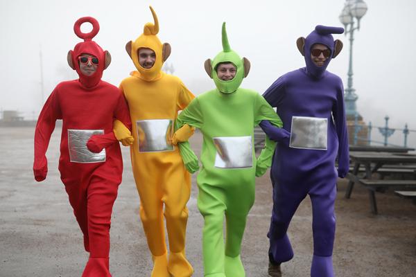 世界最大飞镖锦标赛在伦敦举行 粉丝奇装异服观战