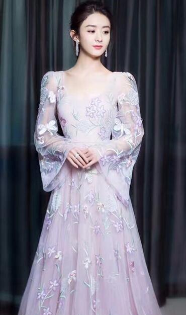 晚间一组赵丽颖造型曝光,照片中,赵丽颖穿着白色裙子,仙气儿十足.