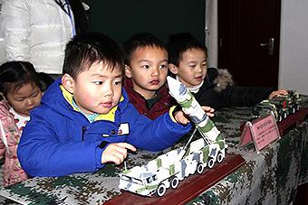 幼儿园小朋友欣赏东风21模型