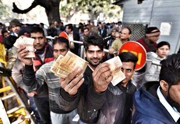 印度废止纸币兑换期限截止 民众银行排队抓紧兑换