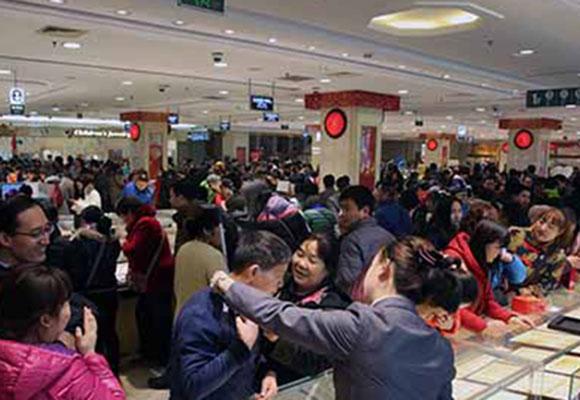 新年伊始 北京市民争相购买金银钻饰品