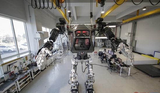 韩国研发4米高人控机器人 科技神作令人震惊