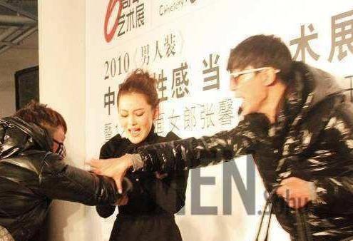 杨幂被当众吃豆腐,旁边的冯绍峰无动于衷?