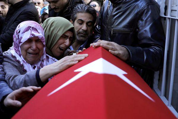 土耳其夜总会恐袭遇难者葬礼举行 家属悲痛不已