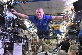 看宇航员在空间站里玩定格挑战
