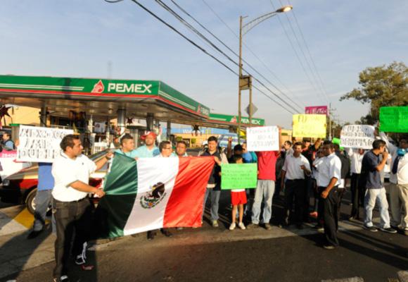 墨西哥民众抗议燃油价格大幅上涨 关闭加油站