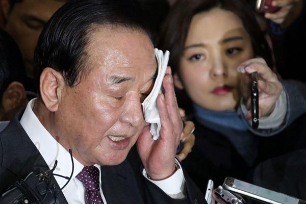 """韩亲朴派议员出席新闻发布会 遭记者""""围攻""""频频擦汗"""