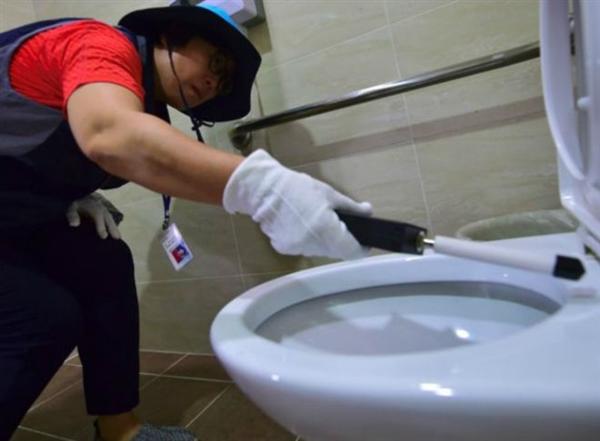 男子在网吧偷拍女厕:女汉子上去两巴掌
