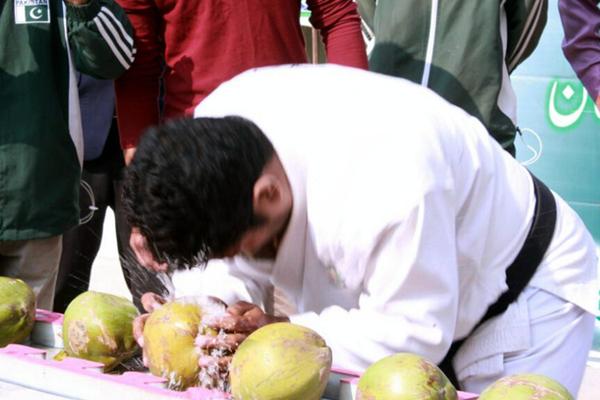 巴基斯坦男子用铁头功1分钟敲碎43个椰子 创造世界纪录