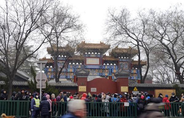 腊八节北京民众雍和宫领腊八粥讨吉利