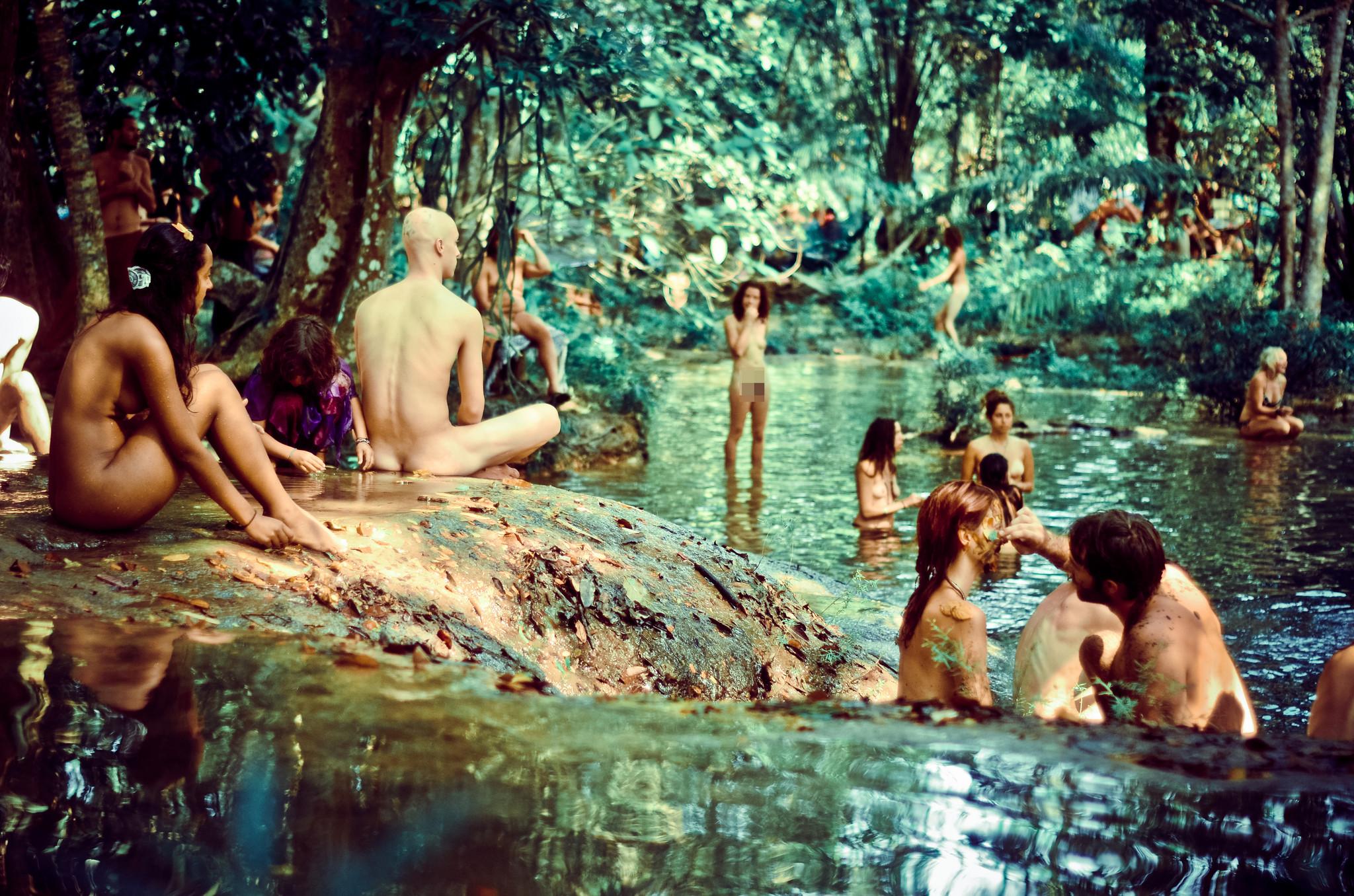 嬉皮士的彩虹天堂:躶体主义者森林共生