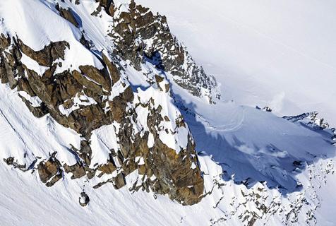 法滑雪爱好者雪山上飞驰几被雪吞没