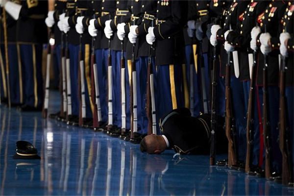 奥巴马任内最后一次检阅美军遇尴尬 仪仗兵晕倒