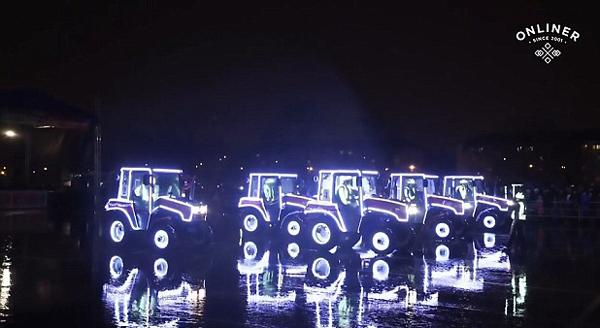 白俄拖拉机车队舞动庆新年 场面唯美新奇