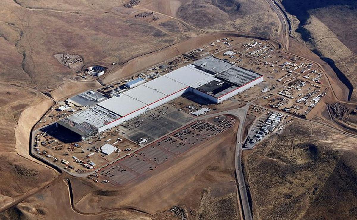 """特斯拉美国""""千兆工厂""""正式投产 首批电池下线"""