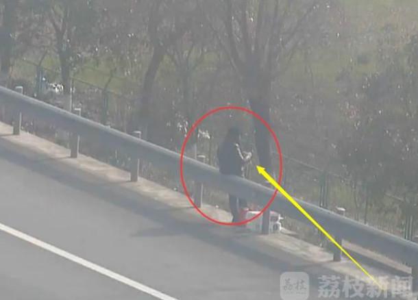 女子站高速上打毛衣 货车司机高速停车受罚