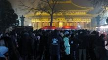 各地市民在寺庙外排长队 为等腊八粥