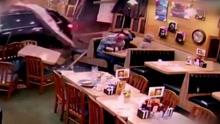 失控越野车穿墙冲进餐厅 吓坏在场顾客