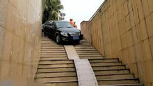 司机将地下通道当车库 卡在楼梯上