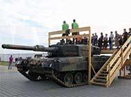 羡慕:瑞士搭楼梯让民众看坦克