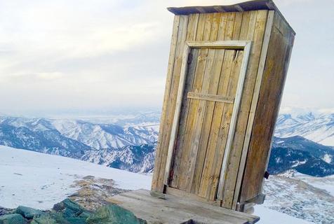 西伯利亚悬崖边上的厕所:厕纸需空运