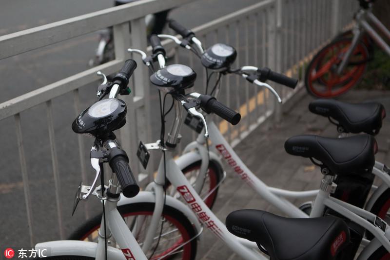 """出行搭上共享经济的快车,花样繁多,最新产品是共享电单车。1月5日,深圳交警在回应网友时表示,骑共享电单车上路按现在规定肯定会被罚。   1月5日上午开始,一款名为7号电单车的共享电单车在南山科技园出现,这款单车与摩拜类似,随用随取、GPS定位、可用App扫码开锁付费。但不同的是它们装有充电电池,最快时速可达20km,续航里程达30km。   记者随后通过7号电单车微信公众号了解到,1月5日是该产品在深圳投入运营第一天。就此,当日上午,深圳交警对网友询问使用电单车上路是否被罚时表示:""""按照现"""