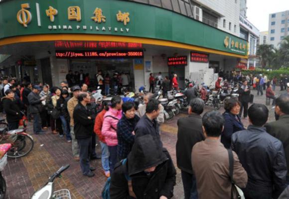 2017年生肖鸡票发行火爆 福州民众排起长龙