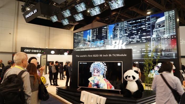 中电熊猫CES展上推出全球首台98英巨屏8K超高清电视