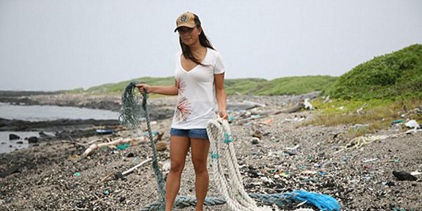 痛心!太平洋原始海滩垃圾成堆鸟类误食塑料窒息