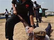 利比里亚向中国维和警察学功夫