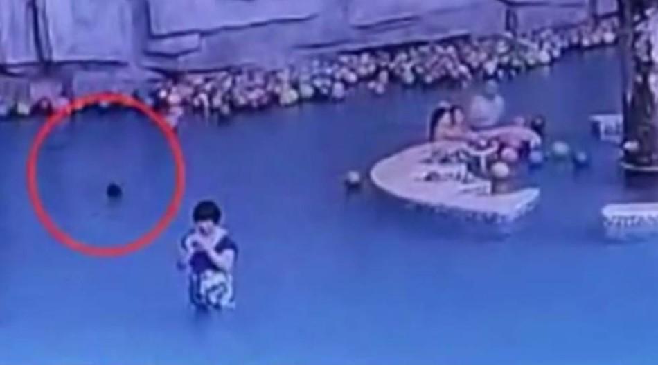 4岁儿子溺亡 母亲在近处玩手机没发现