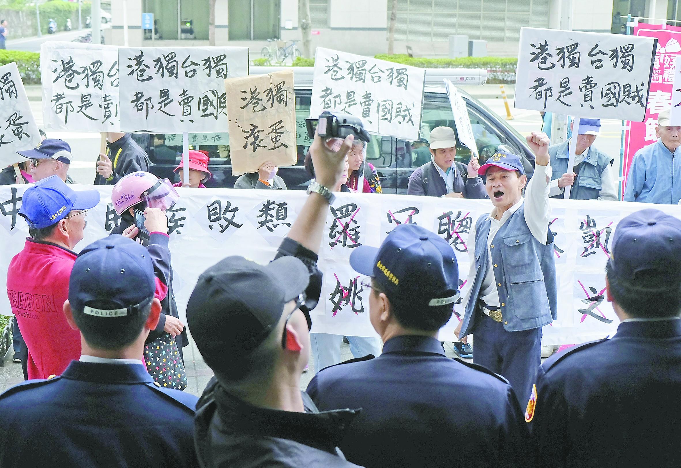 """""""港独""""分子赴台串联遭围攻 却获台方严密保护"""